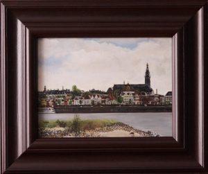 Een realistisch schilderij in olieverf voorstellend de Stevenskerk van Nijmegen gezien vanaf het stadseiland.